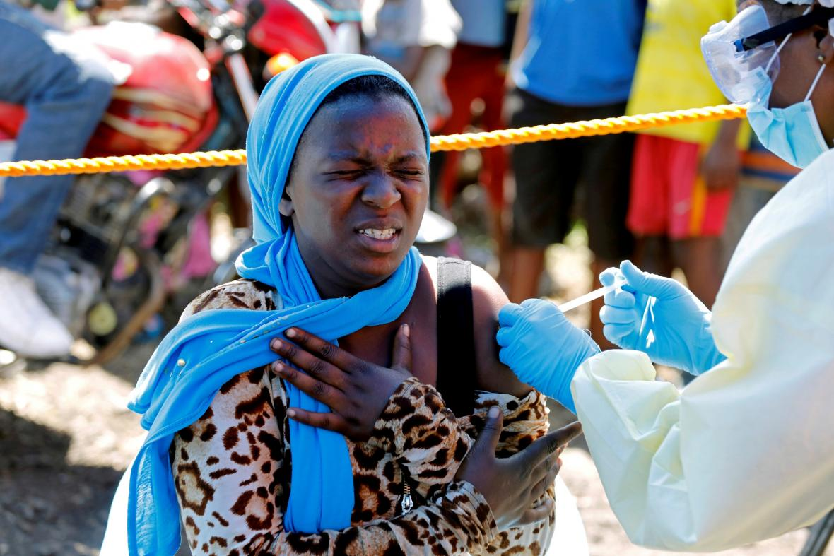 Žena se v konžské Gomě nechává očkovat proti ebole