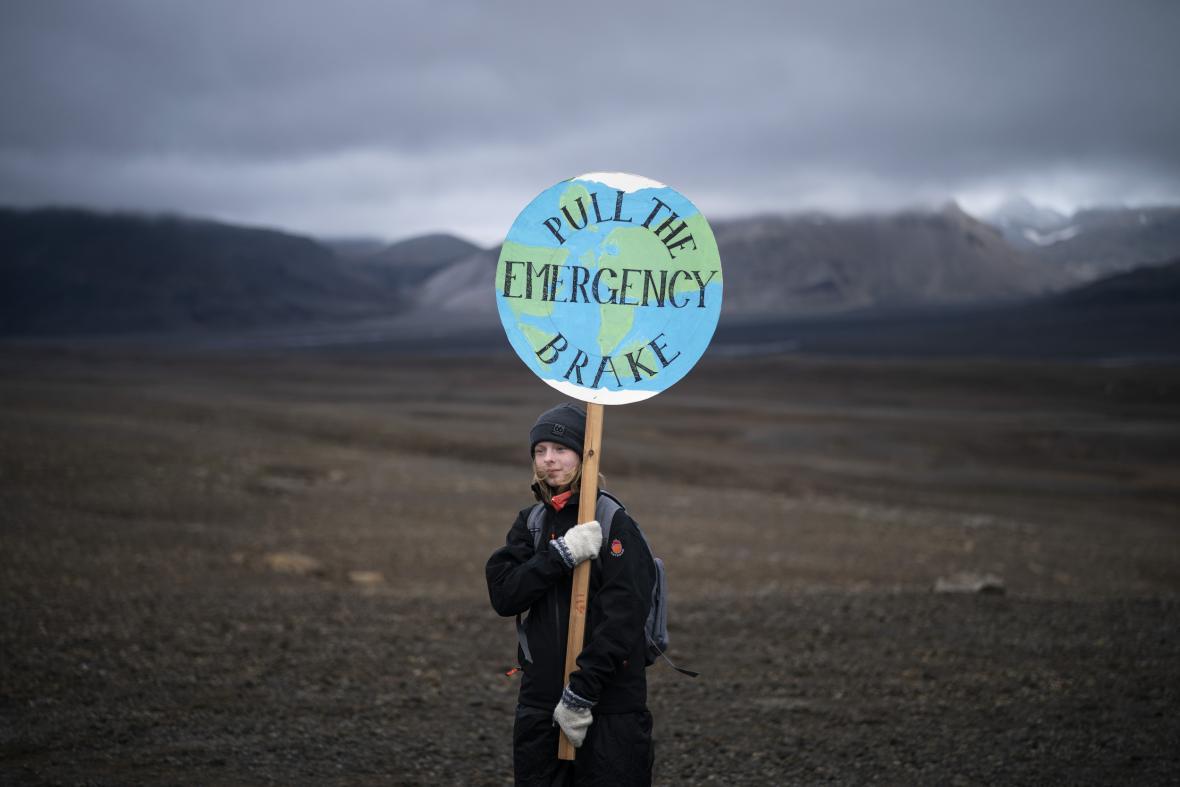 Dívka na místě původního ledovce žádá o rychlou reakci na změny klimatu