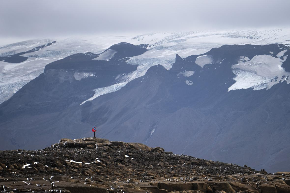 Muž postává na místě původního ledovce