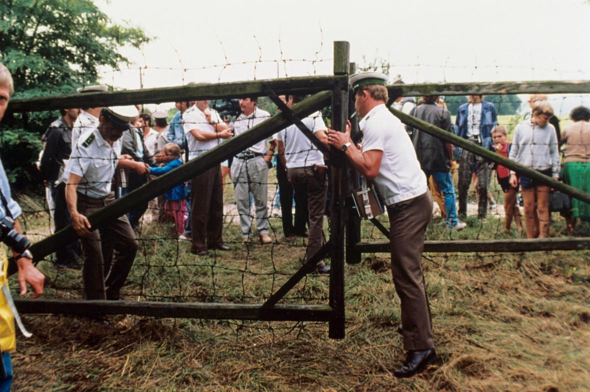 Rakouští celníci otvírají hranice účastníkům panevropského pikniku