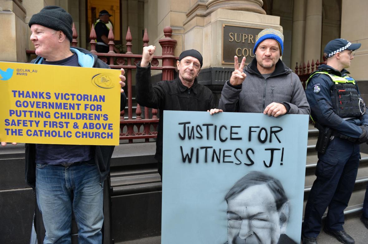Lidé před soudní budovou čekali na rozhodnutí soudu