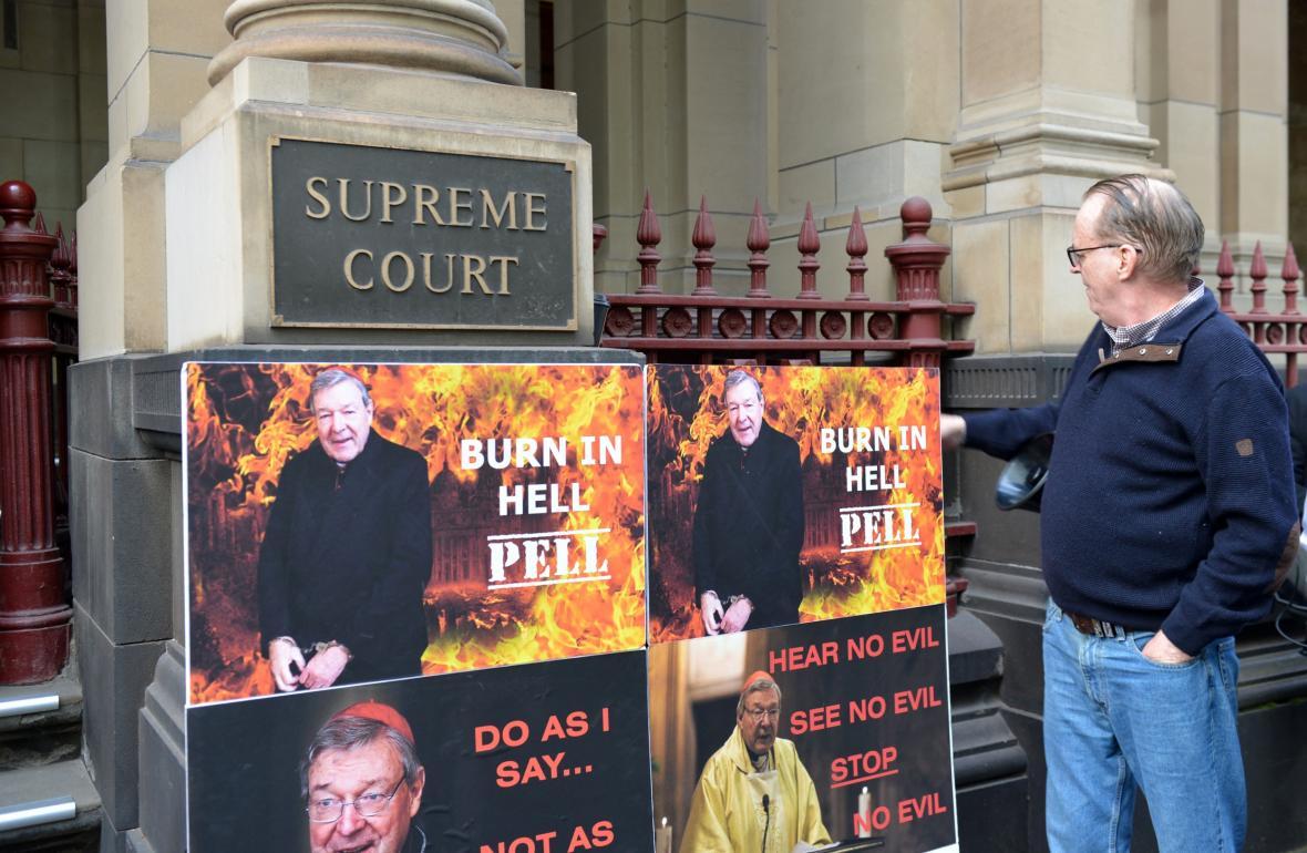 Plakáty odpůrců kardinála Pella umístěné před soudem v Melbourne