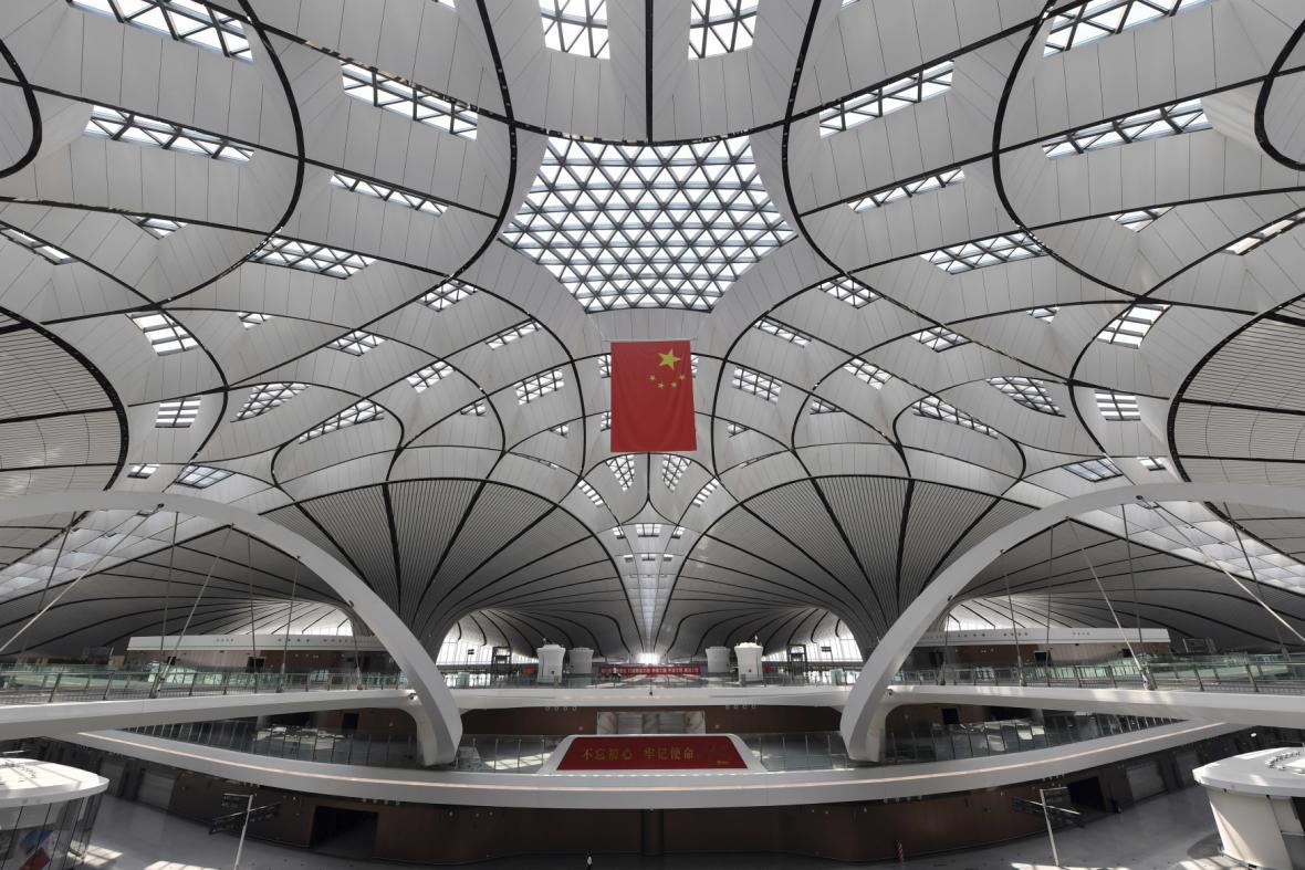 Interiér letiště je laděný do bilé