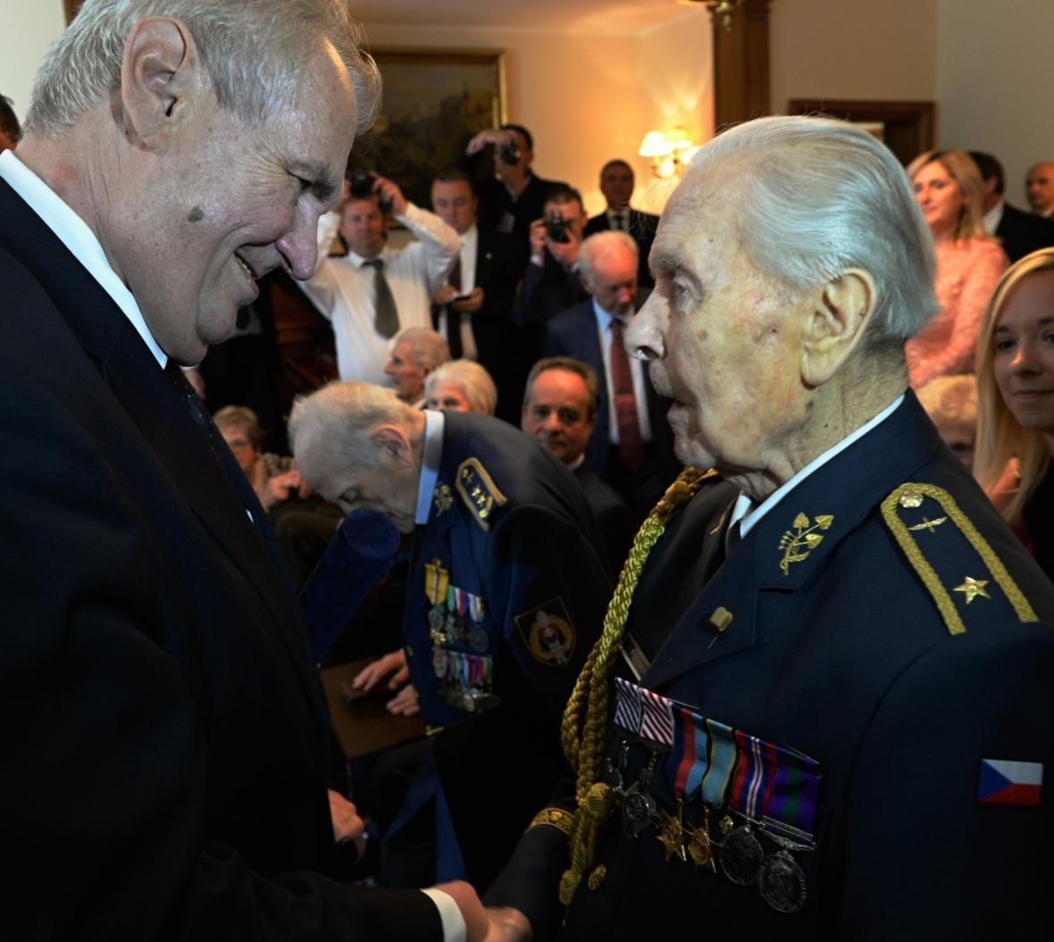 Prezident Miloš Zeman předal Miroslavu Liškutínovi diplom ke jmenování do hodnosti generála