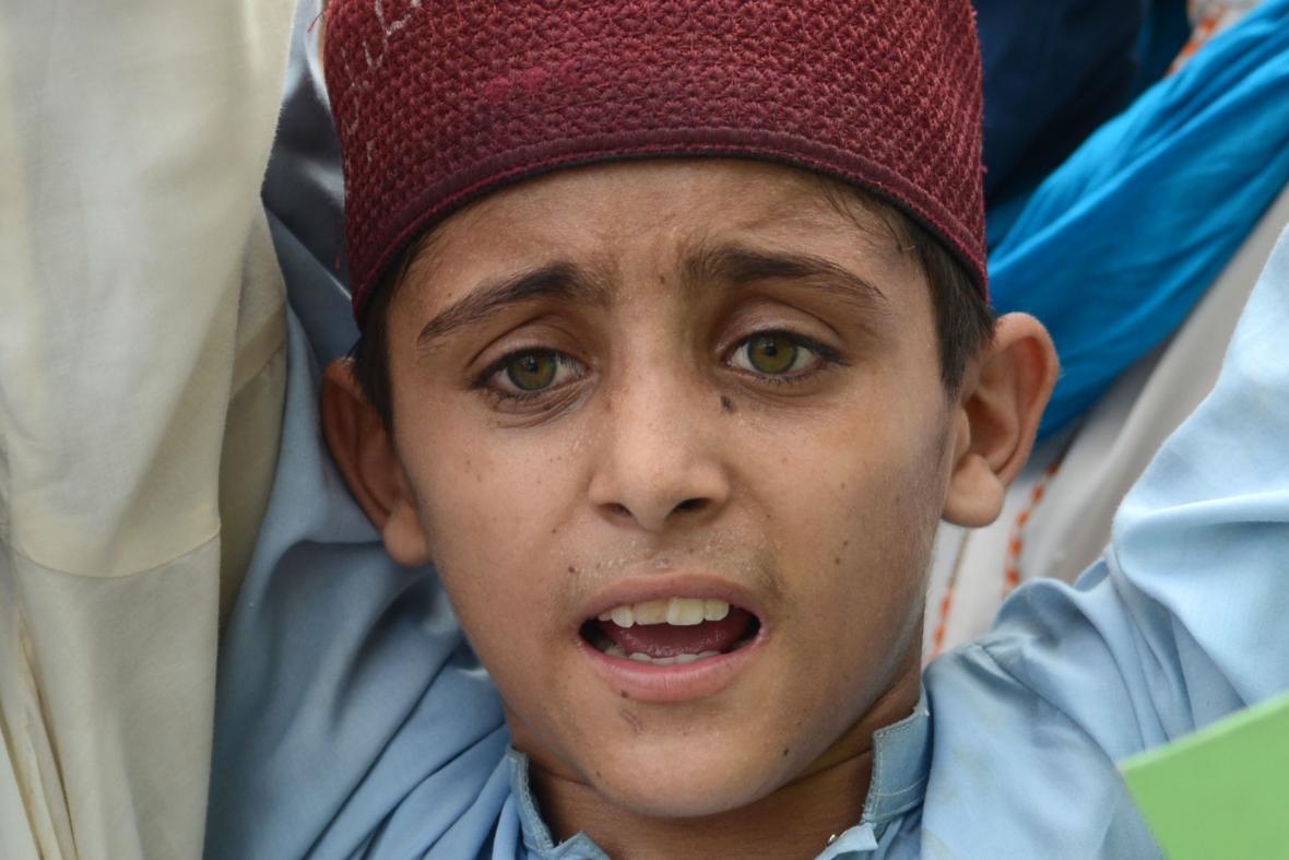Mladý Pákistánec demonstruje proti změnám v Kašmíru
