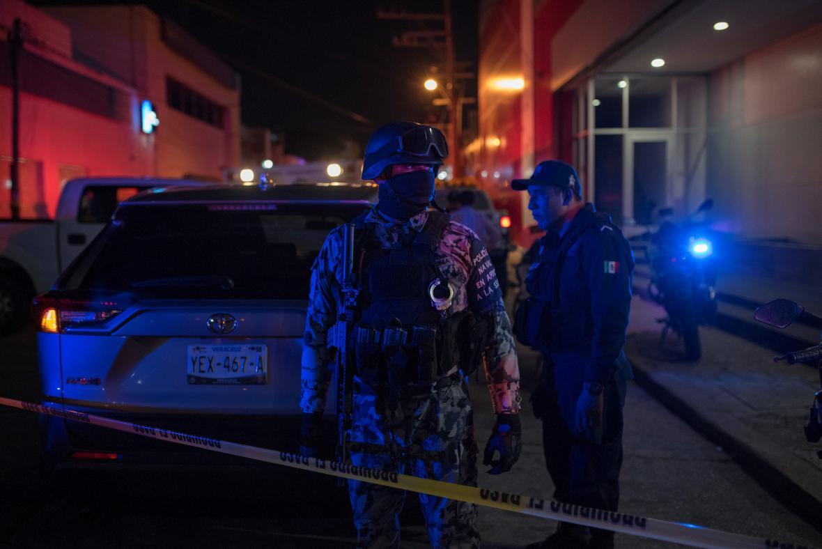 Mexické bezpečnostní síly u baru, kde zřejmě došlo ke žhářskému útoku