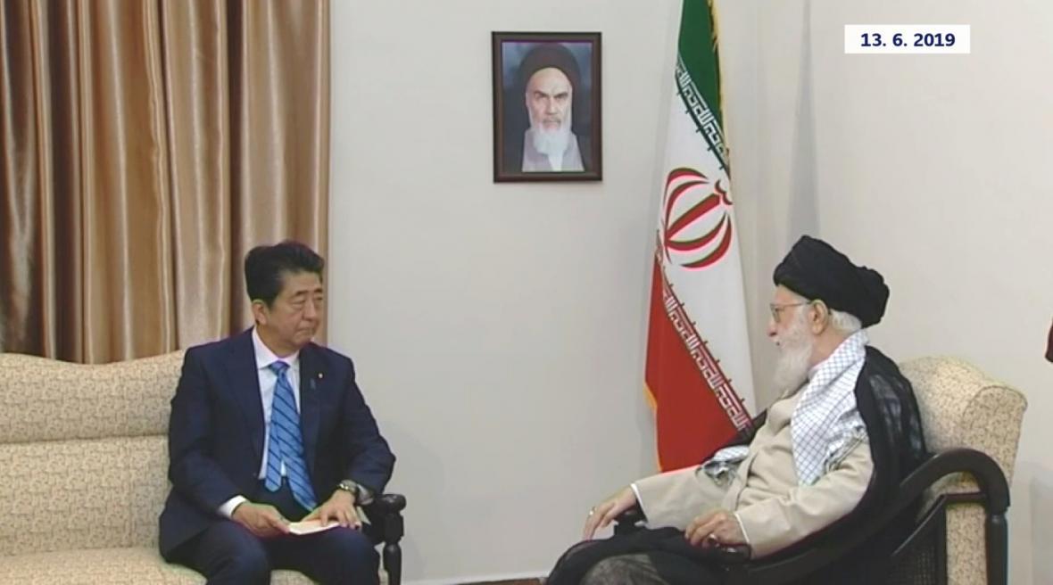 Šinzó Abe během jednání s ajatolláhem Alí Chameneím