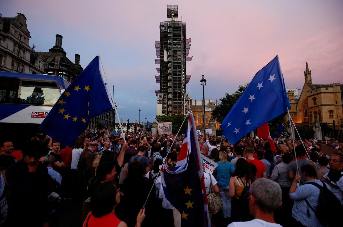 Ve středu večer přišli k sídlu parlamentu protestovat odpůrci kroků premiéra Johnsona