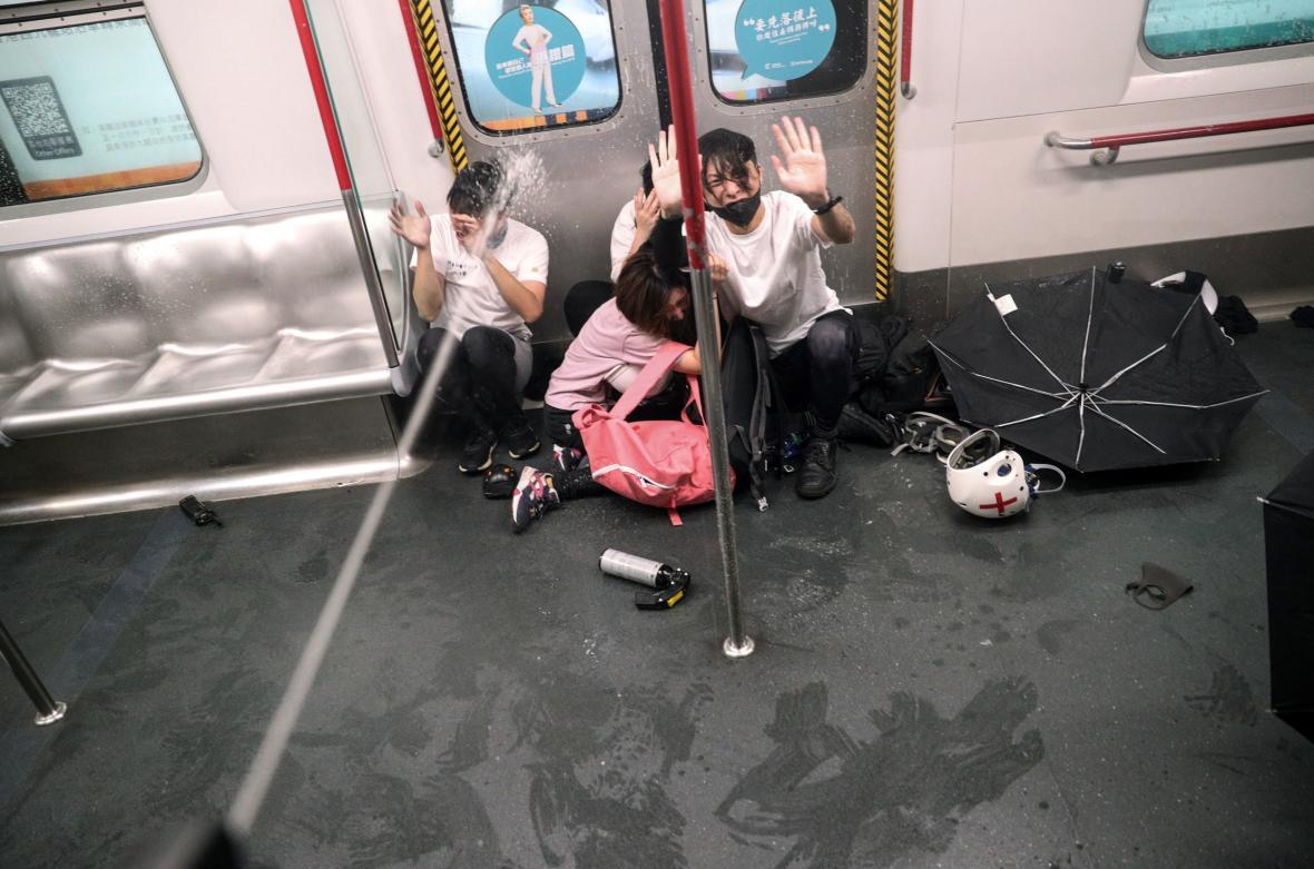 Policie tvrdě zasáhla proti demonstrantům v metru