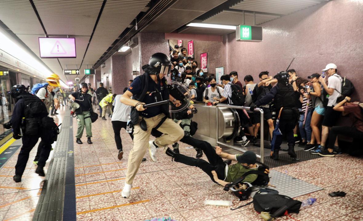 Zásah policie proti protestujícím v jedné ze stanic hongkongského metra