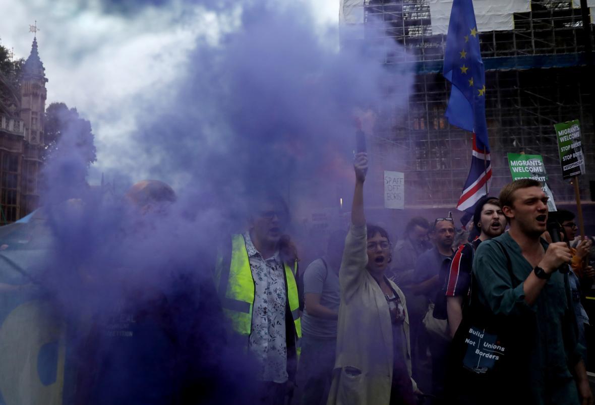 Před parlamentem se večer sešla demonstrace odpůrců brexitu