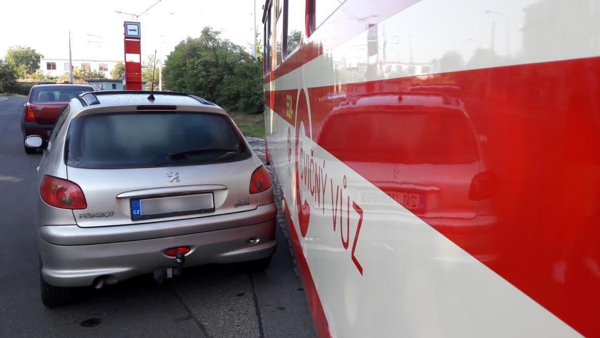 Řidiči aut často blokují provoz pražských tramvají