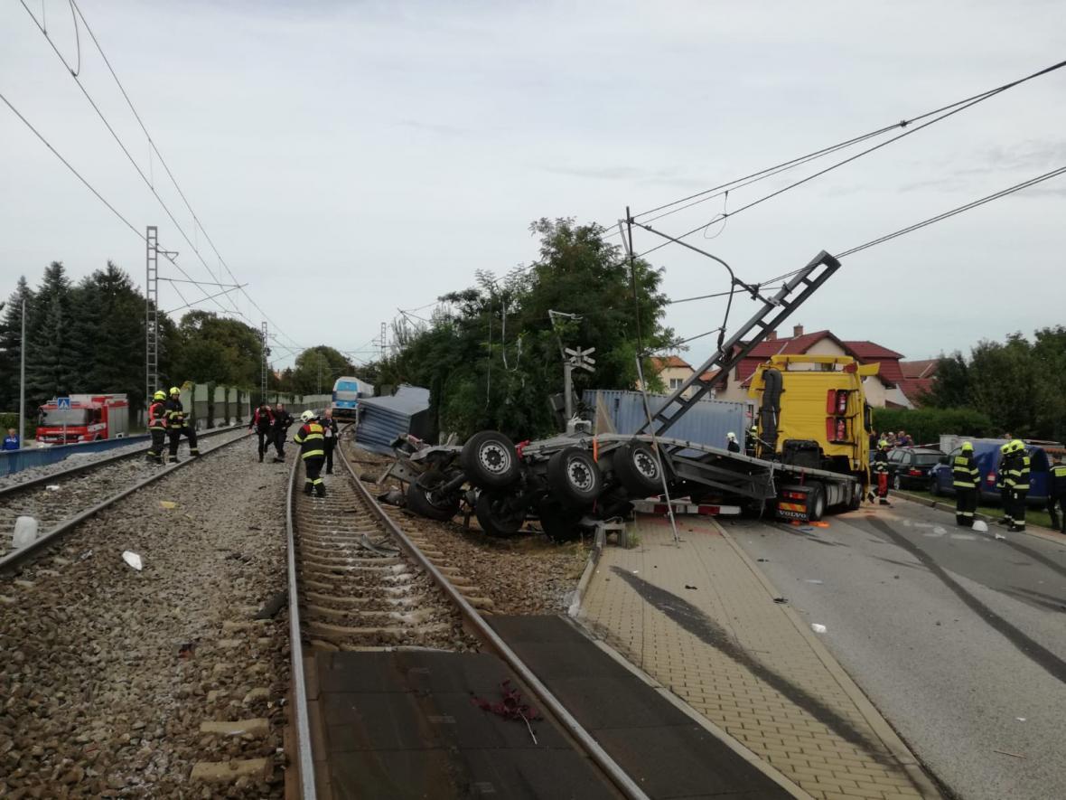 V Uhříněvsi se kamion srazil s vlakem