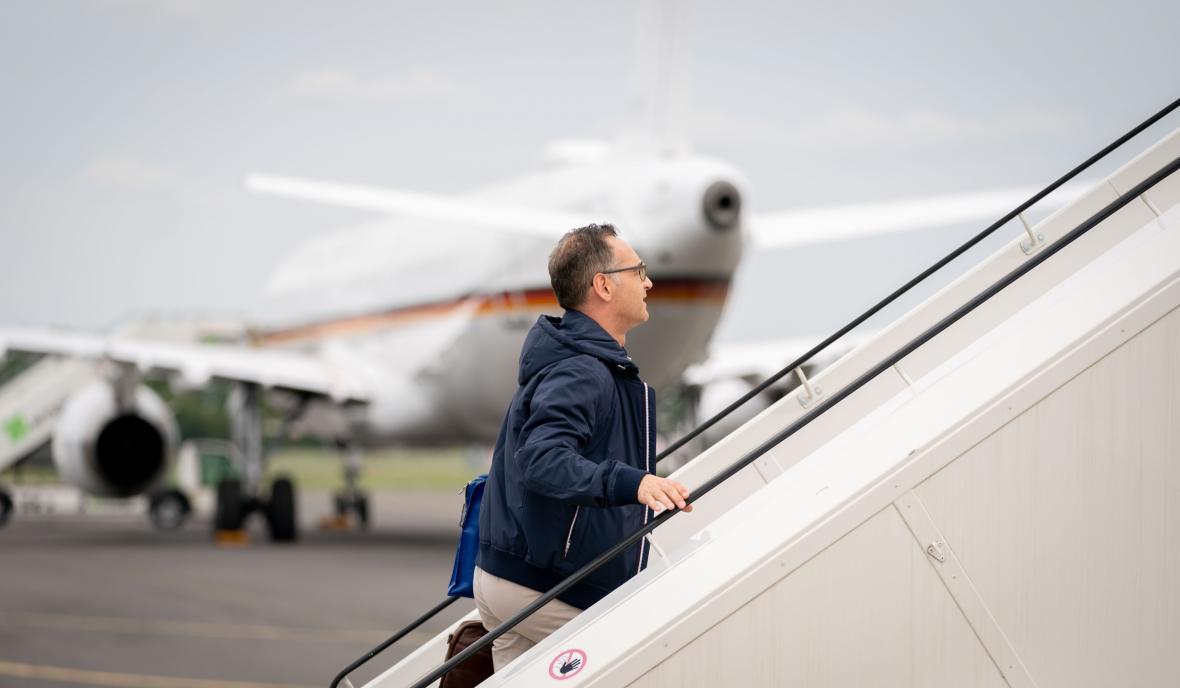 Heiko Maas odlétá do New Yorku náhradním strojem. V pozadí porouchaný A321