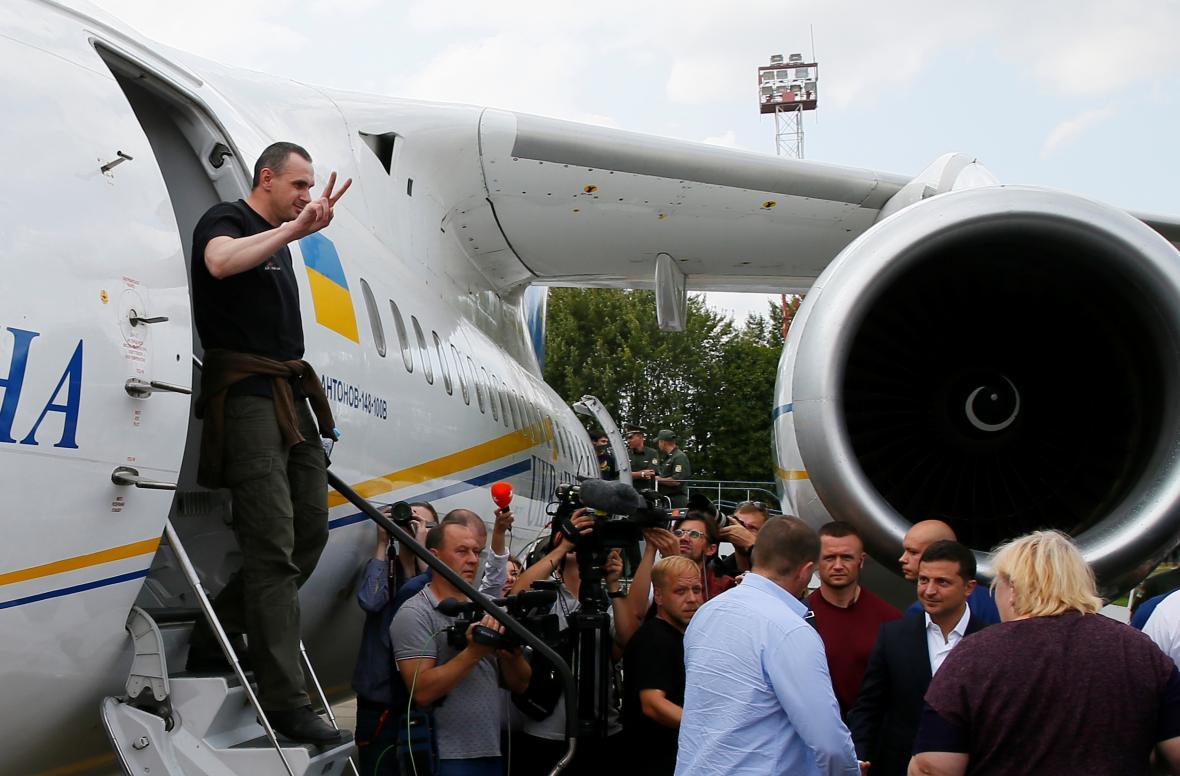 Oleh Sencov vystupuje z letadla v Kyjevě
