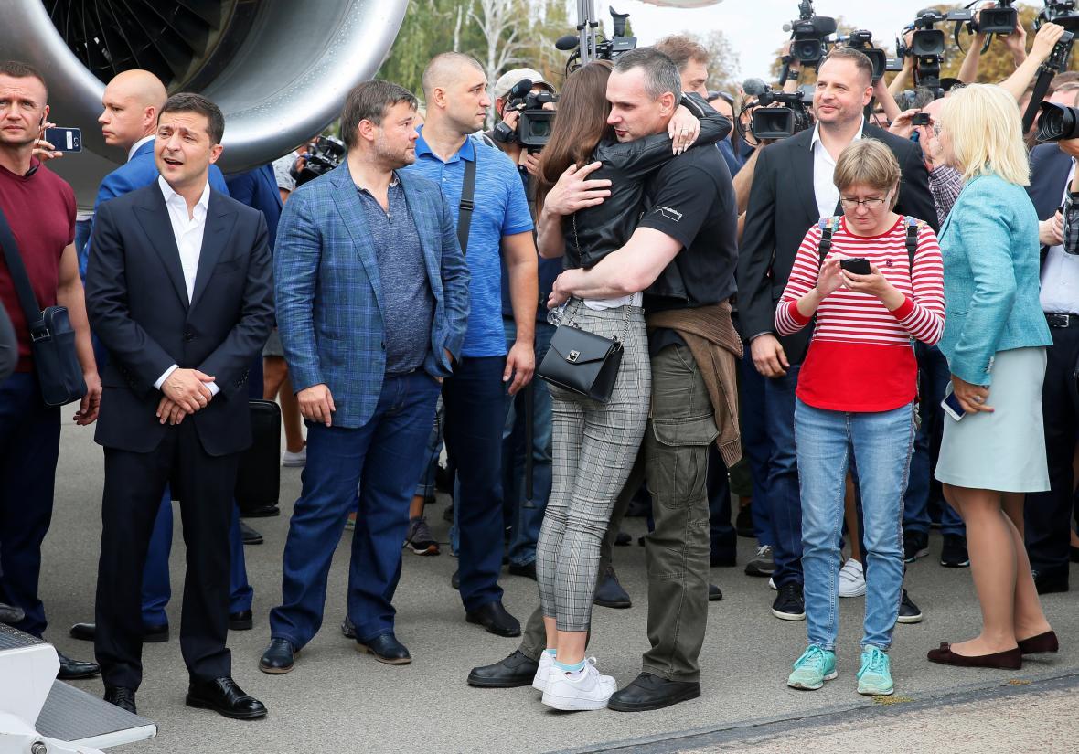 Oleg Sencov se vítá s rodinou po příletu na letistě v Kyjevě
