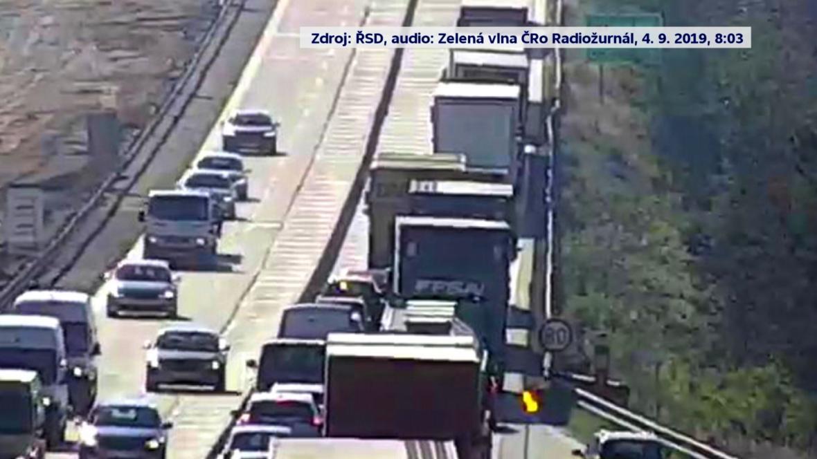 Kamion záměrně blokuje oba jízdní pruhy