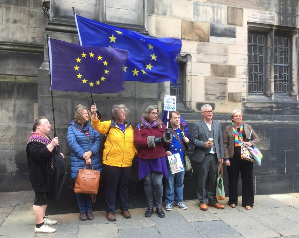 Odpůrci brexitu před sídlem skotského odvolacího soudu