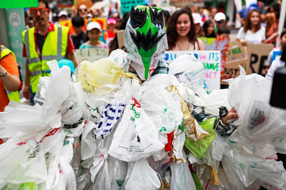 Protestující v thajském Bangkoku oblečený do igelitových tašek