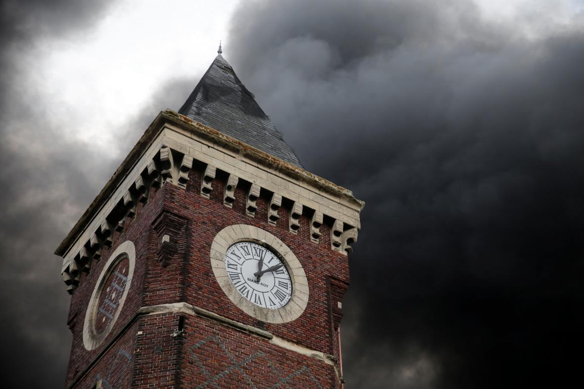 Centrum Rouenu zahalil hustý černý dým