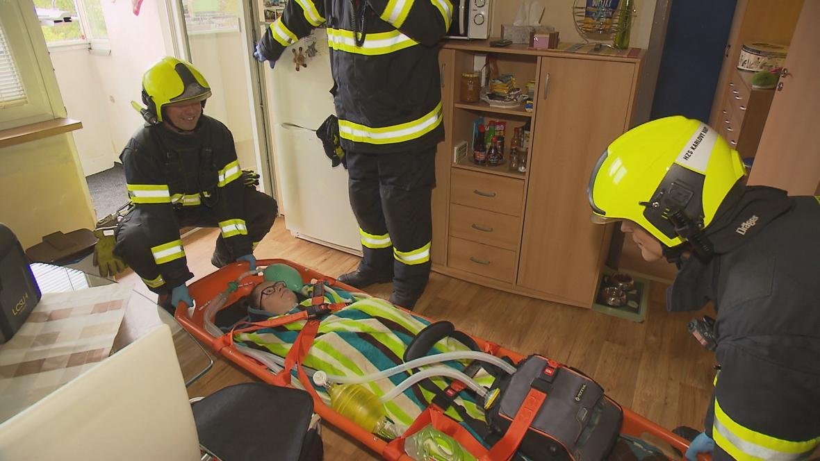 Evakuace dívky s plicní ventilací