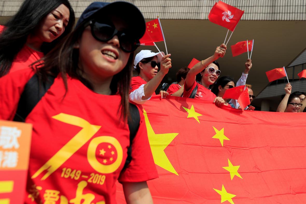 Stoupenci Číny v ulicích Hongkongu