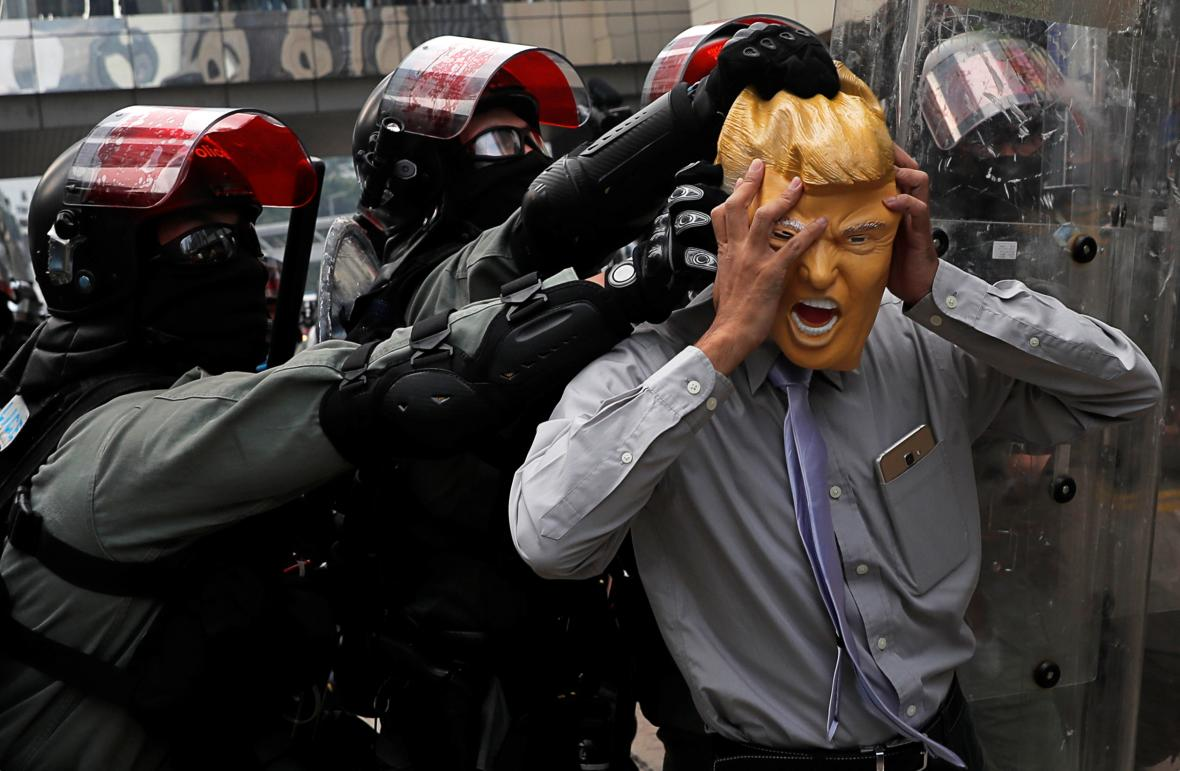 Demonstrant s maskou amerického prezidenta Donalda Trumpa se stal terčem policie