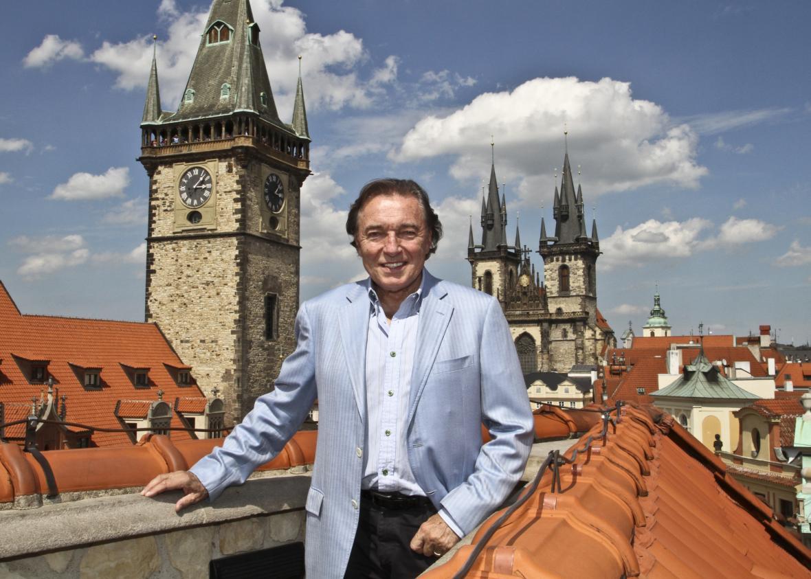 Karel Gott před Staroměstskou radnicí v Praze