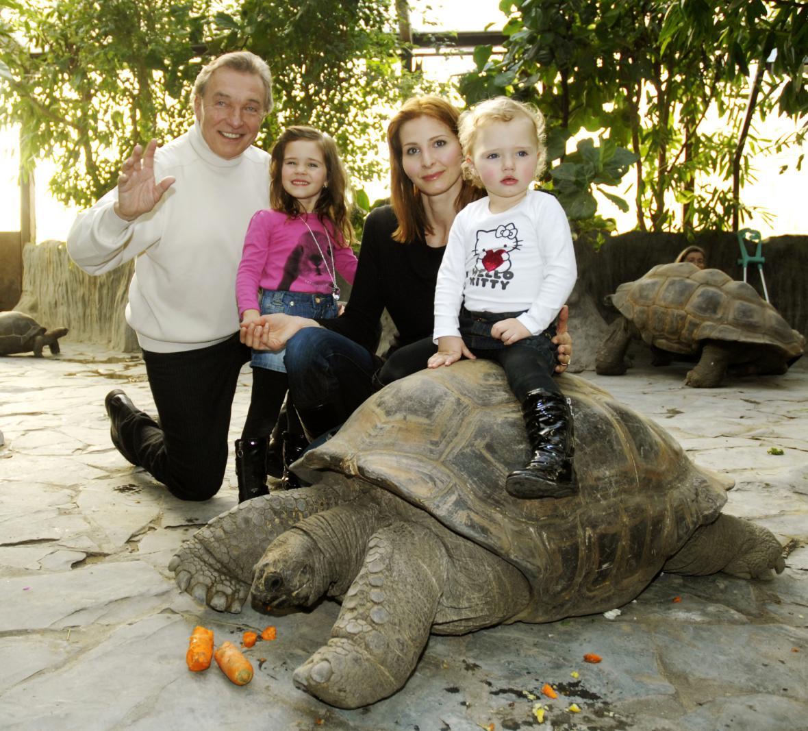 S rodinou pokřtil v roce 2010 v pražské zoo želvy obrovské