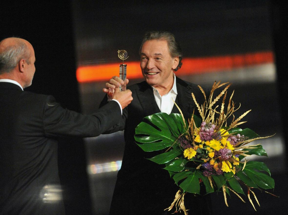Karel Gott vyhlášen Zpěvákem roku 44. ročníku hudební ankety Český slavík