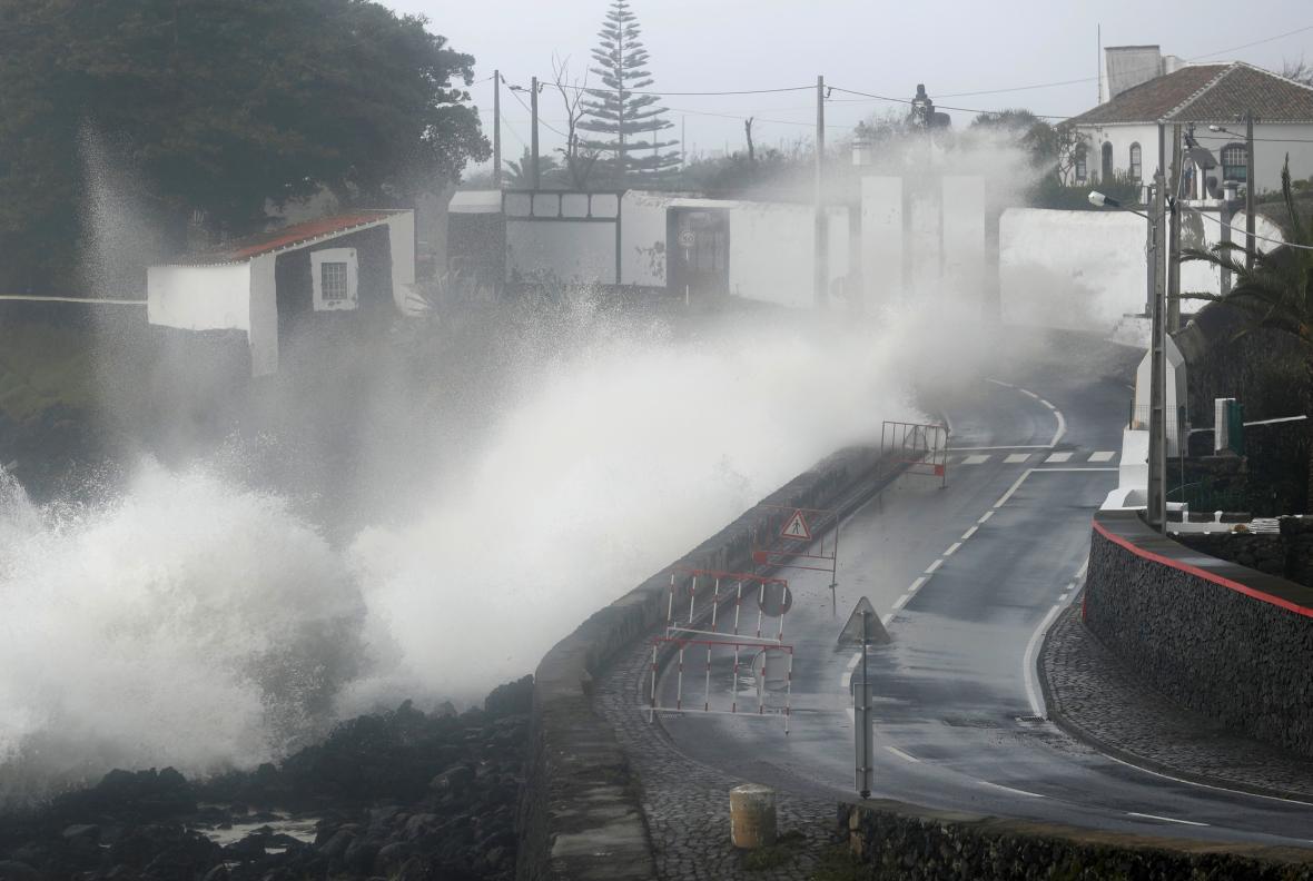 Lorenzo na Azorech přinesl vlnobití