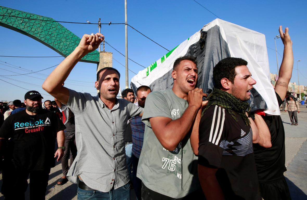 Iráčané nesou rakev muže zabitého během protivládních demonstrací ve městě Nadžaf