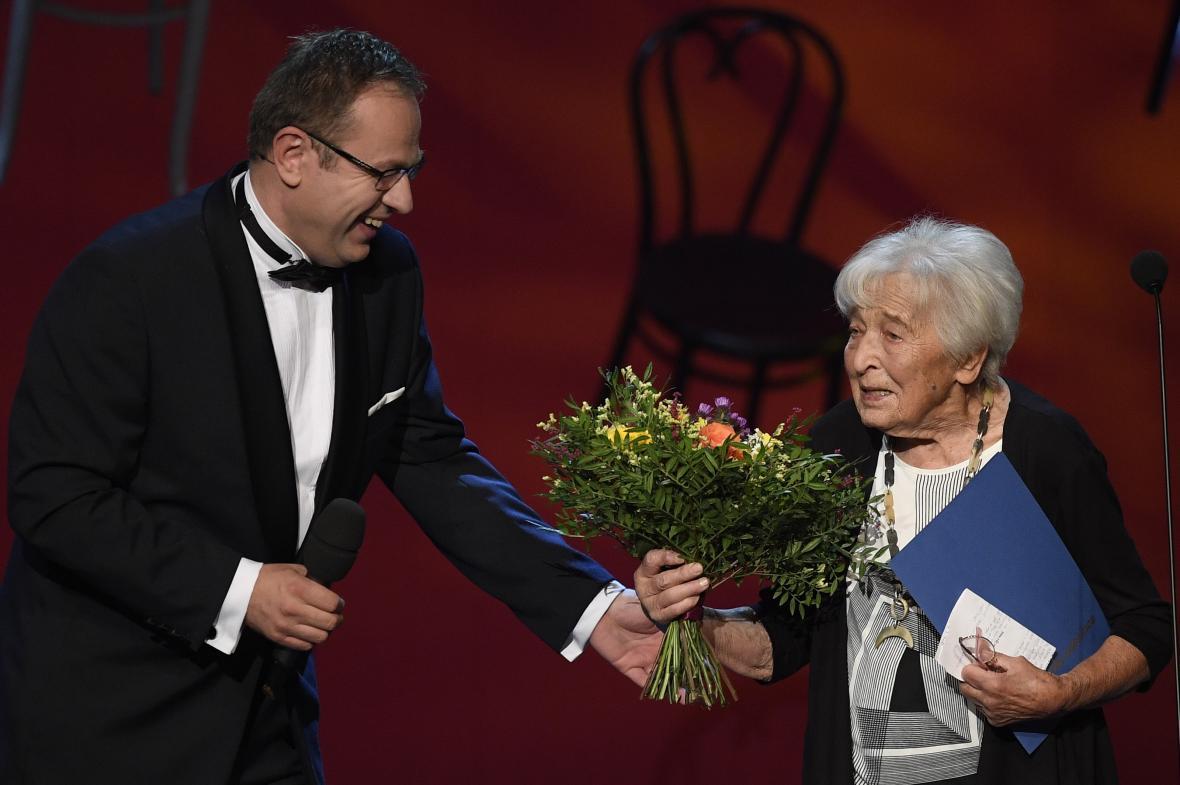 Celoživotní mistrovství – činohra: herečka Helena Kružíková (na fotografii s moderátorem večera Václavem Moravcem)