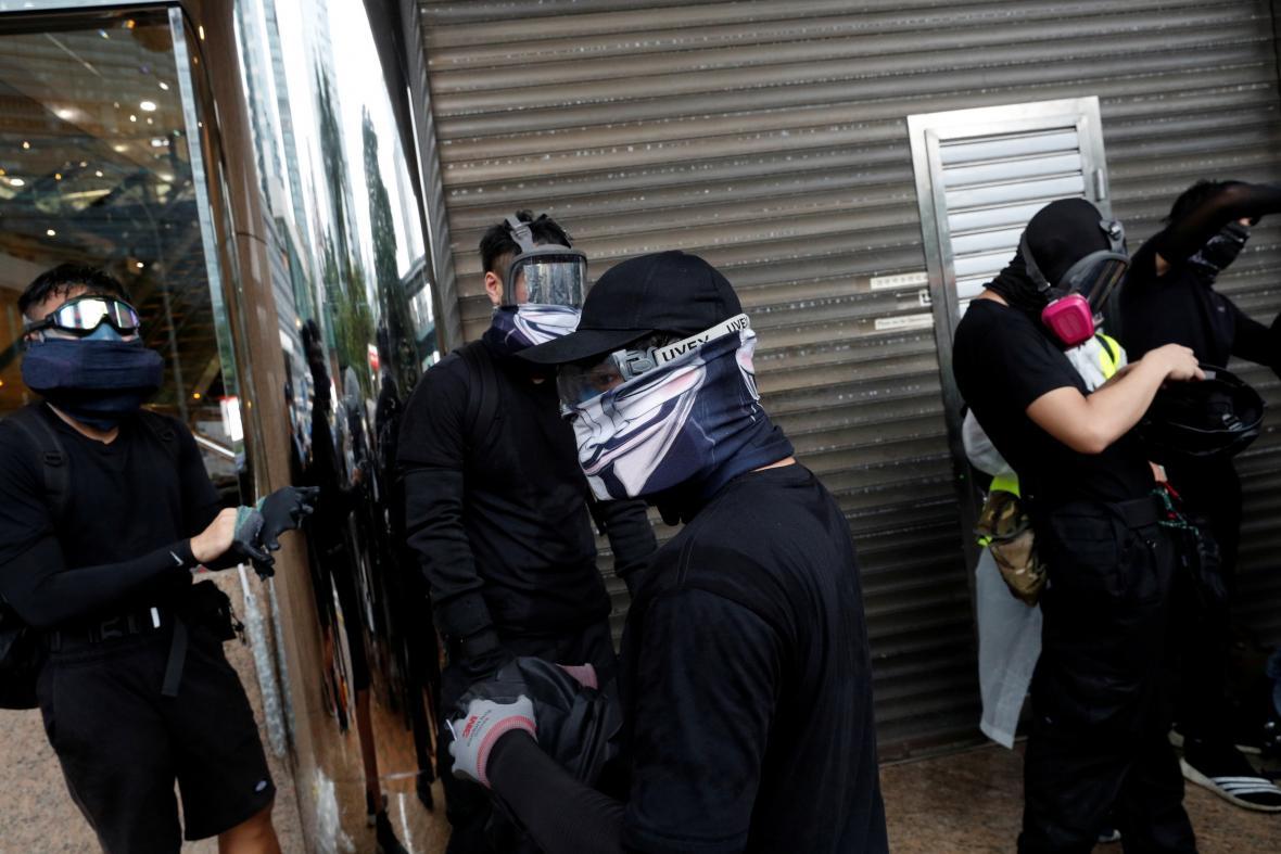Maskovaní účastníci protivládních demonstrací