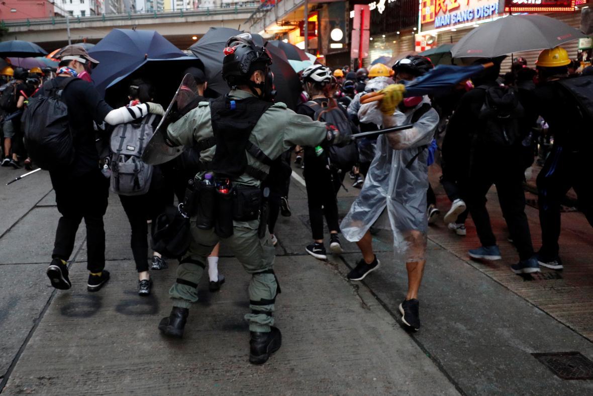 Zásah policie proti protivládním demonstrantům