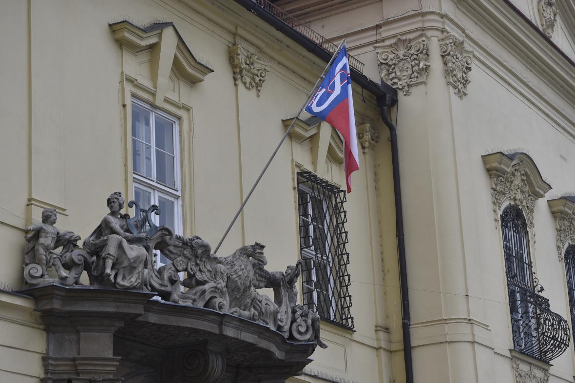 Sokolská vlajka na budově brněnské Nové radnice