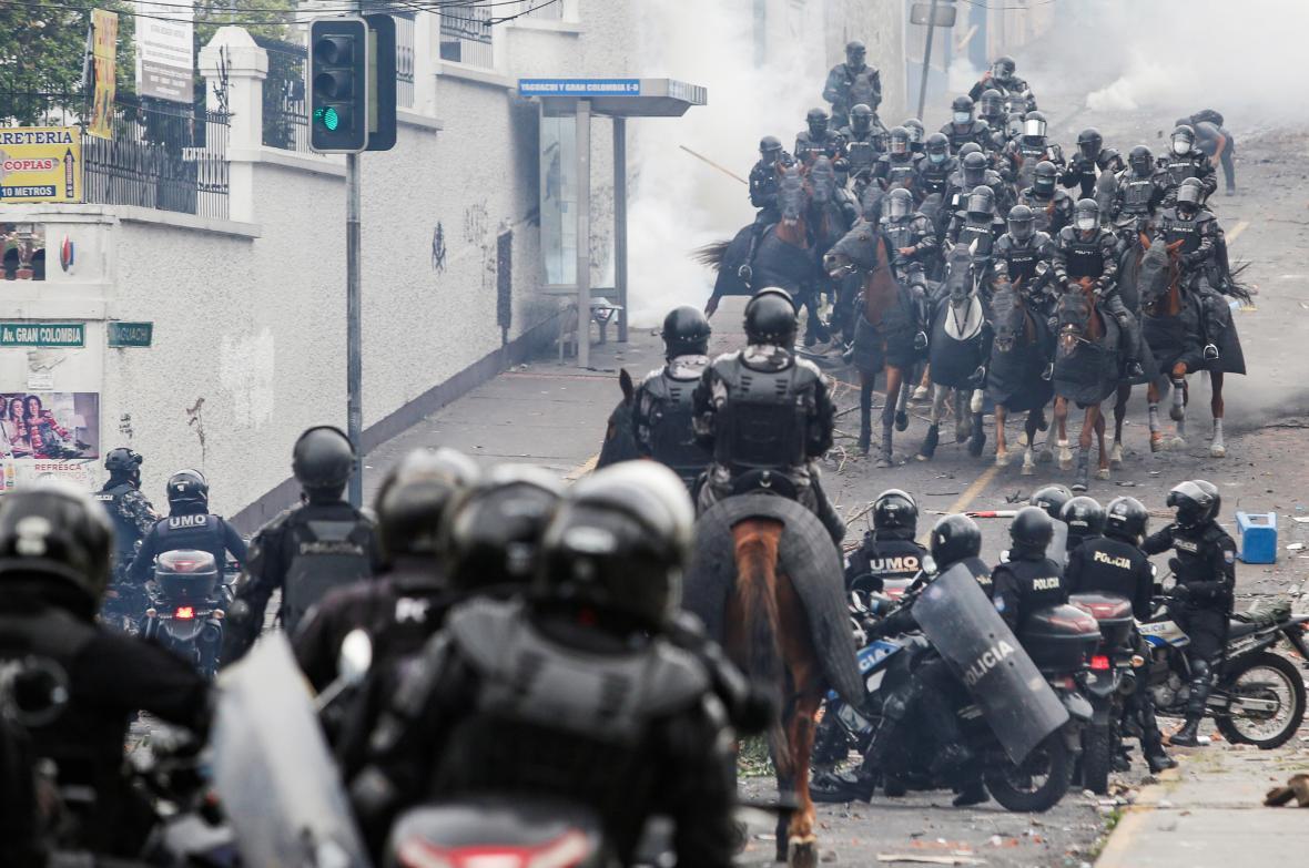 Ekvádorská policie poblíž sídla parlamentu