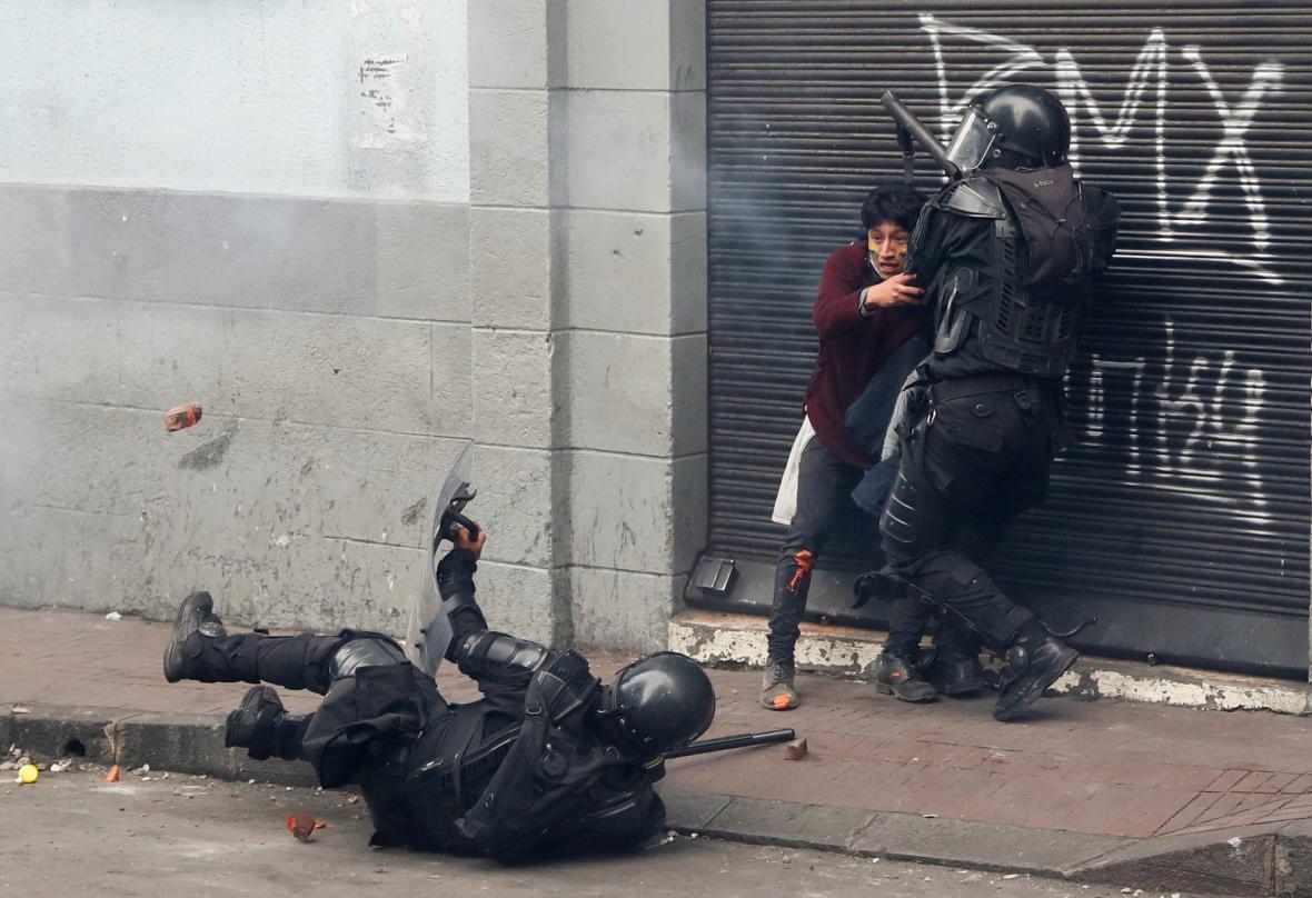 Protesty provázejí střety s policií