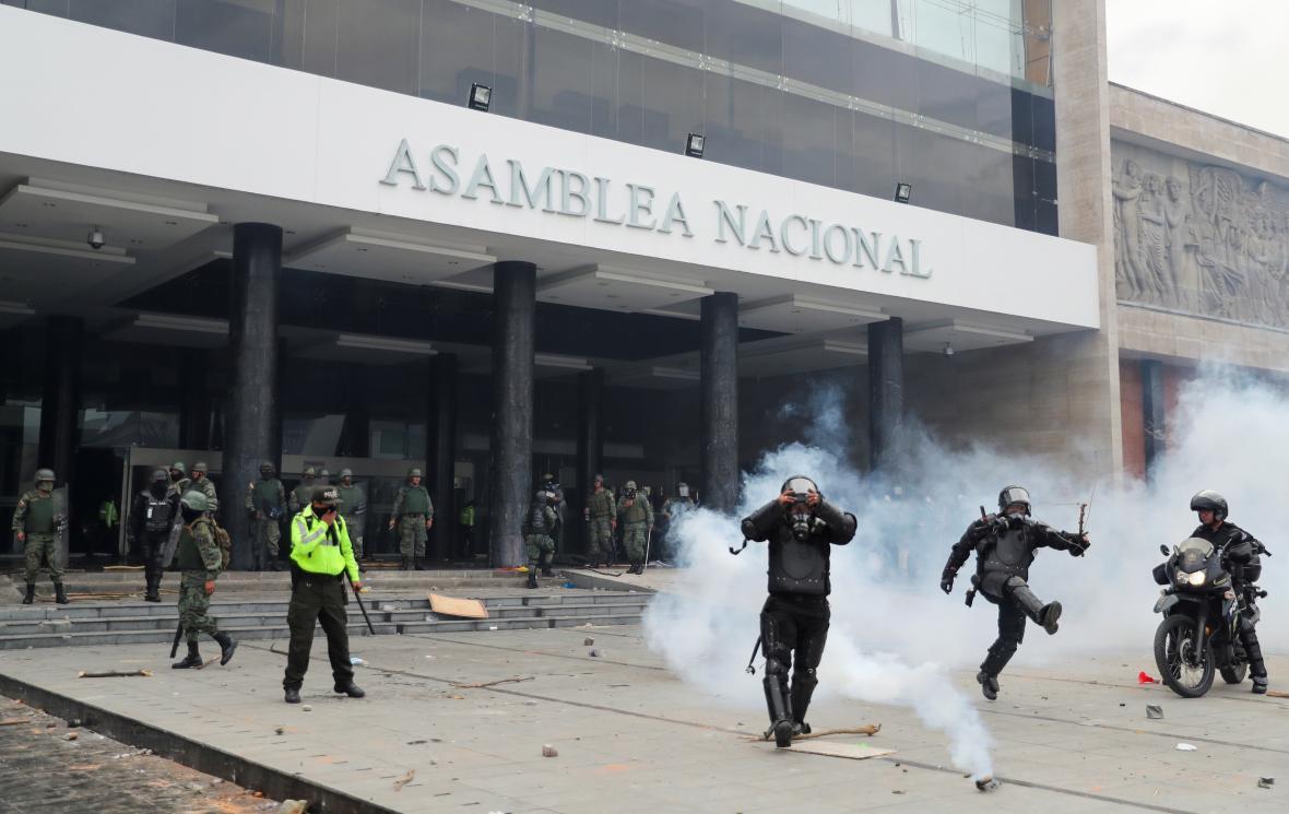Demonstranti vnikli do budovy parlamentu