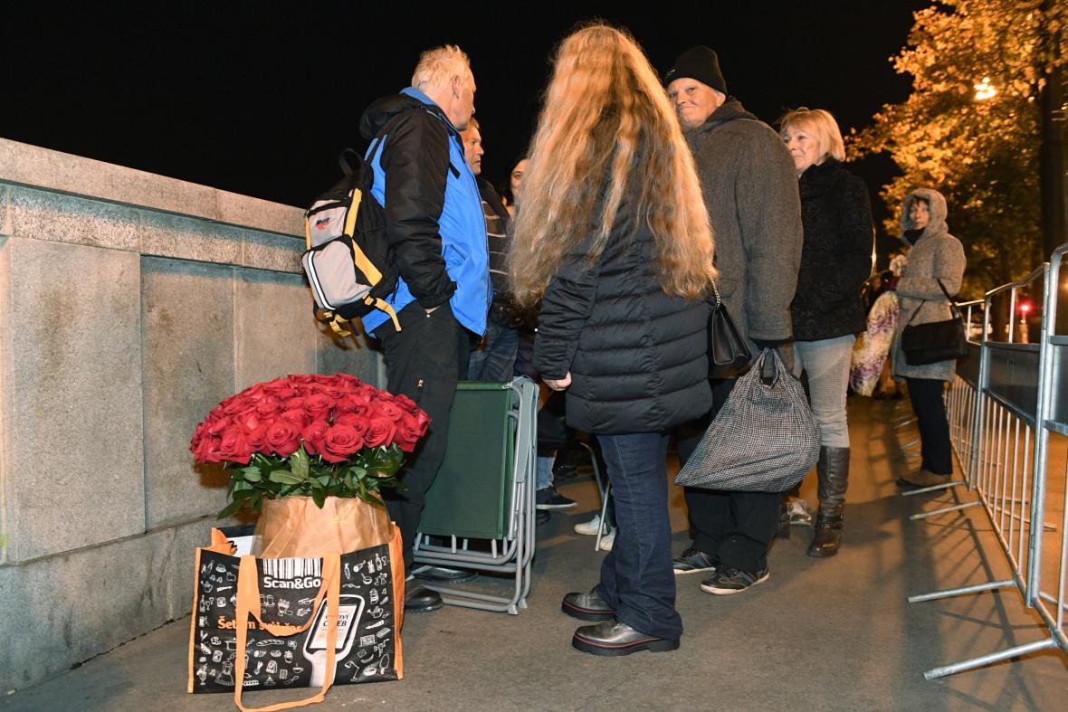 Lidé čekali před Žofínem kvůli poslednímu rozloučení s Karlem Gottem už během nočních hodin