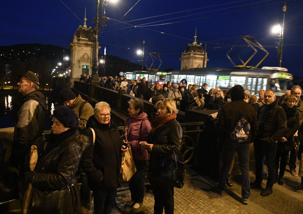Už několik hodin před otevřením Žofína vytvořili lidé frontu až k mostu Legií