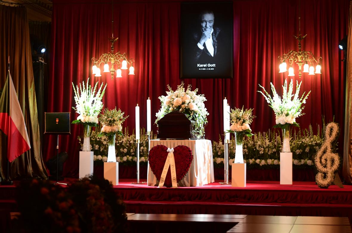 Poslední rozloučení s Karlem Gottem. Pohled na pietní místo v paláci Žofín