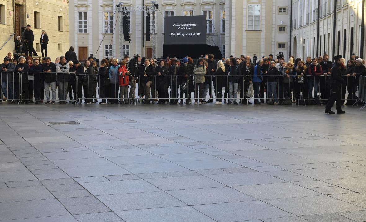 Lidé čekají na třetím nádvoří Pražského hradu na zádušní mši za Karla Gotta