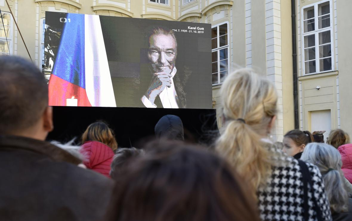 Rozloučení s Karlem Gottem na nádvoří Pražského hradu