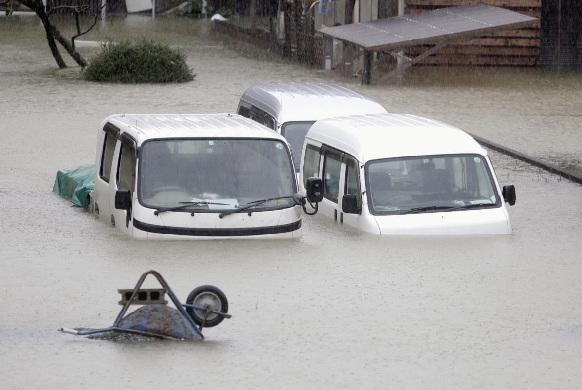 Zaplavená ulice ve městě Ise v prefektuře Mie