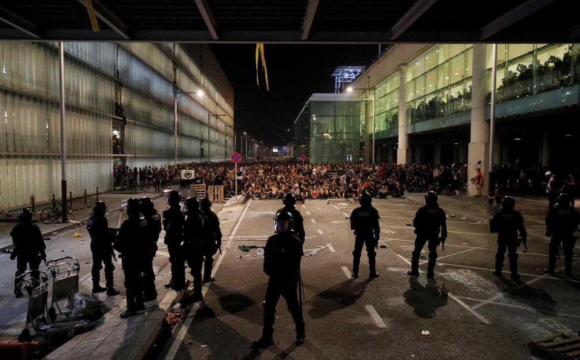 Protestující Katalánci zablokovali přístup na barcelonské letiště