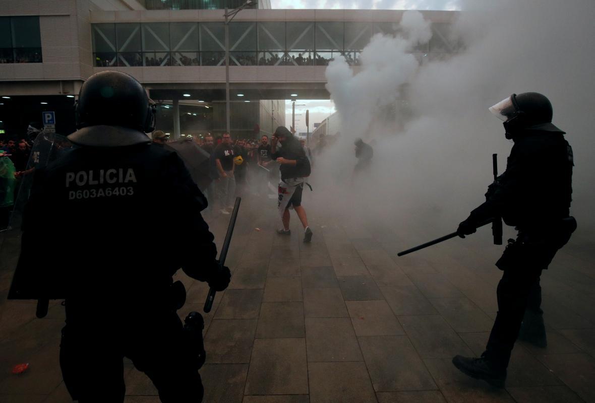Pondělní srážky policistů s demonstranty na barcelonském letišti