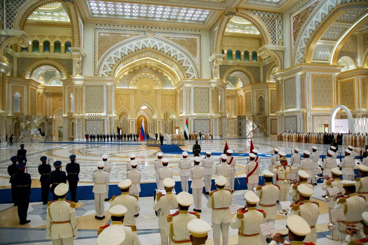 Uvítací ceremoniál po příletu Vladimira Putina do Spojených arabských emirátů