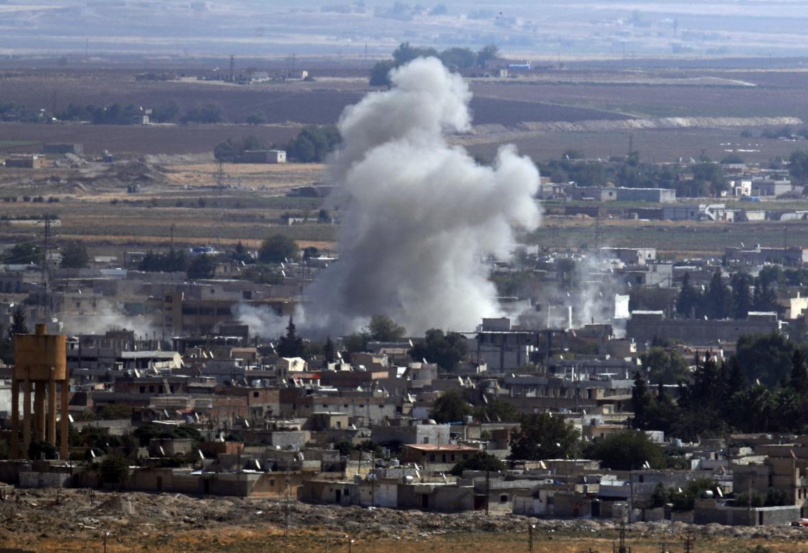 Ze syrského Rás al-Ajnu stoupá kouř po ostřelování tureckým dělostřelectvem