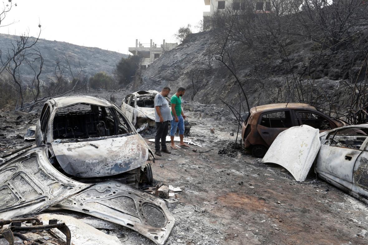 Shořelé automobily jižně od Bejrútu